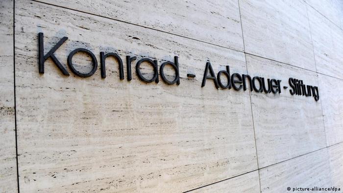 Der Schriftzug an der Konrad-Adenauer-Stiftung in Berlin (Foto: Maurizio Gambarini dpa/lbn) pixel