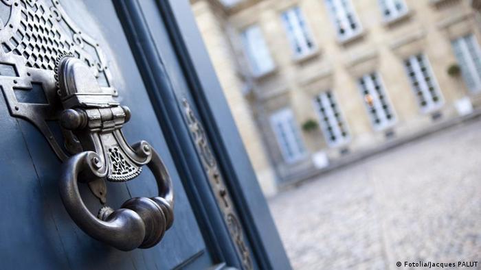 Symbolbild blaue Tür