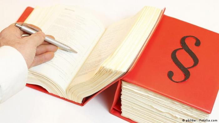 Suche im Gesetzbuch (Foto: pbilder - Fotolia.com)