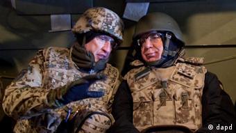 Generalmajor Markus Kneip und Thomas de Maiziere 2011 (Foto: dapd)