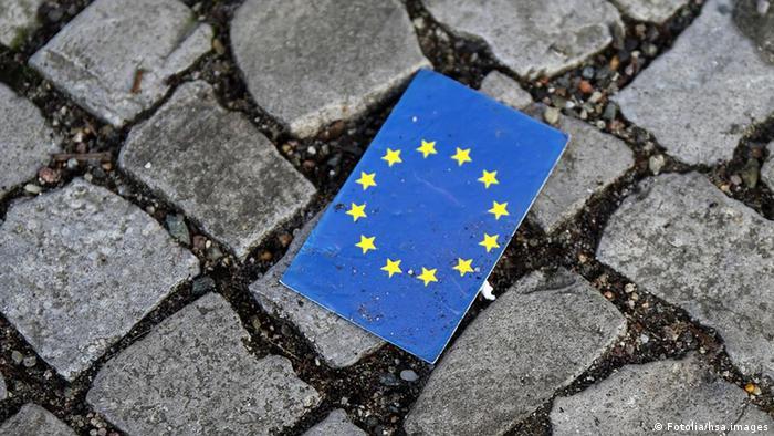EU Flagge auf Pflastersteine Straße