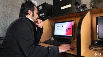 Ein Iraner in einem Internetcafe in Teheran (Foto: ddp images/AP Photo/Vahid Salemi)