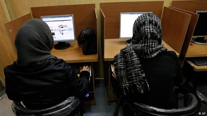 Iranian women use computers at an Internet cafe in central Tehran, Iran, Monday, Feb. 13, 2012. Many Iranian web users say their access to foreign email services such as Gmail, Yahoo mail and Hotmail appears to have been restored after a four day outage. (Foto:Vahid Salemi/AP/dapd)