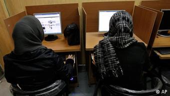 در چترومهای ایرانی که به نوعی بهعنوان جایگزین برای چترومهای غیرایرانی طراحی شدهاند نیز کم و بیش همان فضای پیشین حاکم است