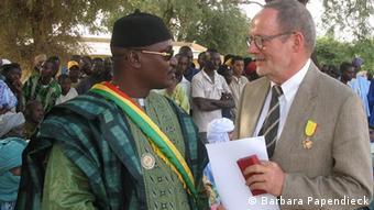 Especialista alemão Henner Papendieck (dir.) diz que o governo alemão sobrevalorizou o presidente deposto Amadou Toumani Touré