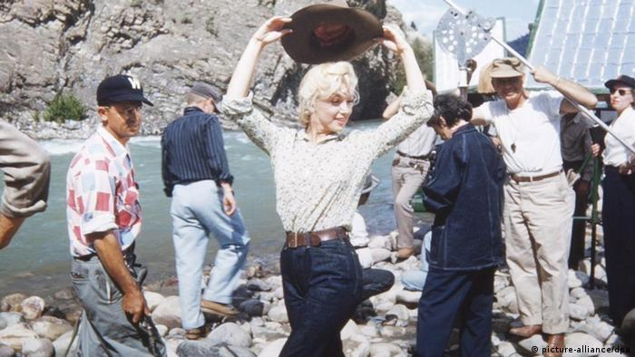 Marilyn Monroe on the set of River of No Return (Foto: picture-alliance/dpa)