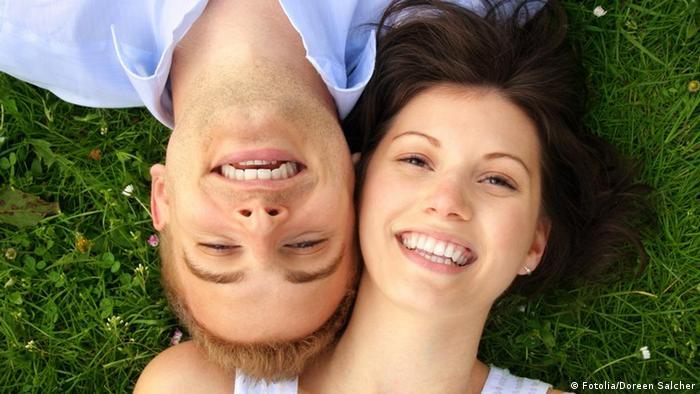 Junges und fröhliches Paar
