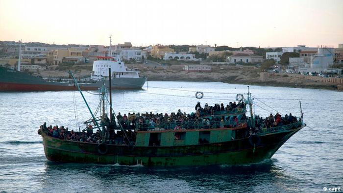 A boat carrying migrants enters Lampedusa's harbor (Photo:Giorgos Moutafis/AP/dapd)
