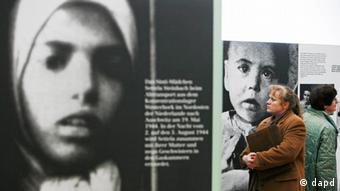 Journalisten betrachten in Weimar Bilder der Ausstellung 'Der nationalsozialistische Völkermord an den Sinti und Roma' (Foto: AP)