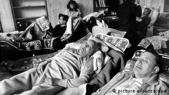 Sichtlich geschwächt liegen hungerstreikende Sinti 1980 auf Liegestühlen (Archiv/Foto: dpa)