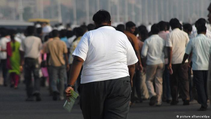 An over-weight Indian man takes part in a rally at the Marina Beach, Chennai, India, 05 December 2009. Obesity Foundation India organized the rally to create awareness about the perils of severe obesity with the theme being 'Obesity is a health hazard'. World Health Organization (WHO) officially classified that 1.2 billion people around the world are overweight and in India itself more than 25 per cent of the Indian population is overweight with statistics continuing to rise due to the changing lifestyle. EPA/NATHAN G. Verwendung nur in Deutschland, usage Germany only