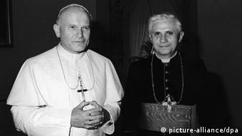 Pope John Paul II (left) and Joseph Ratzinger in 1979 (picture-alliance/dpa)