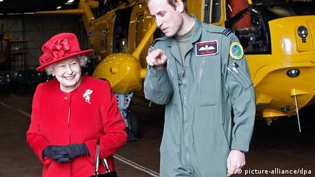 Queen Elizabeth and Prince William in Wales 2011 (picture-alliance/dpa)