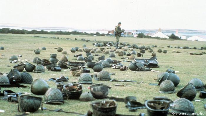 Pertrechos de los soldados argentinos muertos en las Malvinas en 1982.
