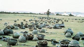 Auf dem Boden verstreute Helme argentinischer Soldaten künden am 21.Mai 1982 in Goose Green auf den Falklandinseln von der Kapitulation der argentinischen Invasionstruppen. Am 2.April 1982 hatten argentinische Truppen die seit 1833 in britischen Besitz befindlichen Inseln besetzt, wobei die argentinische Militärjunta nicht mit dem erbitterten Widerstand Großbritanniens gerechnet hatte; Premierministerin Thatcher entsandte eine Armada von Kriegsschiffen. (Zu dpa-Feature Vor 15 Jahren: Englands 75-Tage-Krieg im Südatlantik vom 27.3.97) dpa