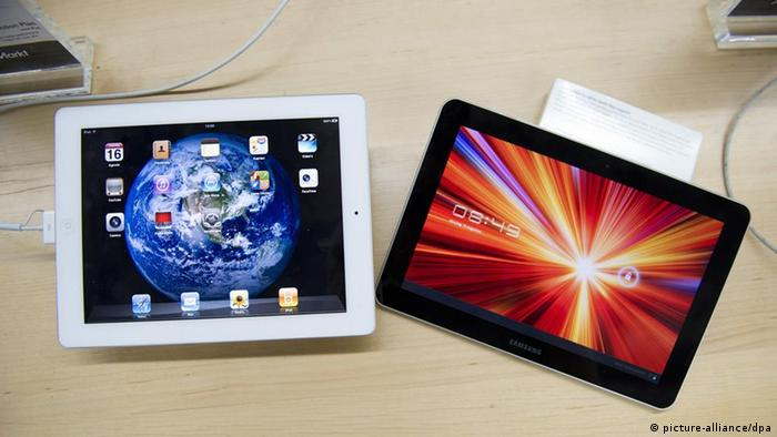 epa03086905 (FILE) A file photo dated 16 August 2011 shows a Samsung Galaxy Tab 10.1 (R) and an Apple Ipad2 (L) at a store in The Hague, The Netherlands. Korean electronics company Samsung on 31 January 2012 lost a court appeal against a ban on the sale of its Galaxy Tab 10.1 computer tablets in Germany. The ruling by a higher court in Dusseldorf is a legal victory for Apple, which last year won an injunction banning distribution of the Galaxy Tab 10.1 in Europe's largest economy. It successfully argued that the Samsung tablets, which uses Google's Android software, copy its iPad design. Samsung lost months of sales and has had to restyle the device. Its replacement product - the Tab 10.1 N which is exclusively for German sales - was not discussed in Tuesday's verdict. EPA/ROBERT VOS *** Local Caption *** 00000402869893 +++(c) dpa - Bildfunk+++