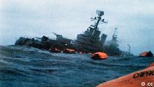 The Argentine cruiser ARA General Belgrano lists heavily to port in the Atlantic Ocean, after being attacked by a British submarine during the Falklands Conflict. It later sank. Der argentinische Kreuzer ARA General Belgrano liegt mit schwerer Schlagseite im Atlantischen Ozean nachdem er im Falklandkrieg von einem britischen U-Boot torpediert wurde. http://de.wikipedia.org/w/index.php?title=Datei:ARA_Belgrano_sinking.jpg&filetimestamp=20080523221608 Dieses Bild ist gemeinfrei, weil das Urheberrecht dieser in Argentinien registrierten Fotografie abgelaufen ist. (Diese Fotografie wurde entsprechend Gesetz Nummer 11.723, Artikel 34 und seinen Änderungen, sowie entsprechend der Berner Übereinkunft Artikel 7 (4) vor mehr als 25 Jahren angefertigt und vor mehr als 20 Jahren erstmals veröffentlicht.) Diese Vorlage darf nur für Fotografien und NICHT für Zeichnungen oder andere Kunstwerke verwendet werden. Dialog-warning.svg Hinweis: Datum und Quelle der mehr als 20 Jahre alten Publikation muss angegeben werden, damit diese Angaben überprüft werden können. Darüber hinaus muss nachgewiesen werden, dass die Fotografie vor mehr als 25 Jahren angefertigt wurde.