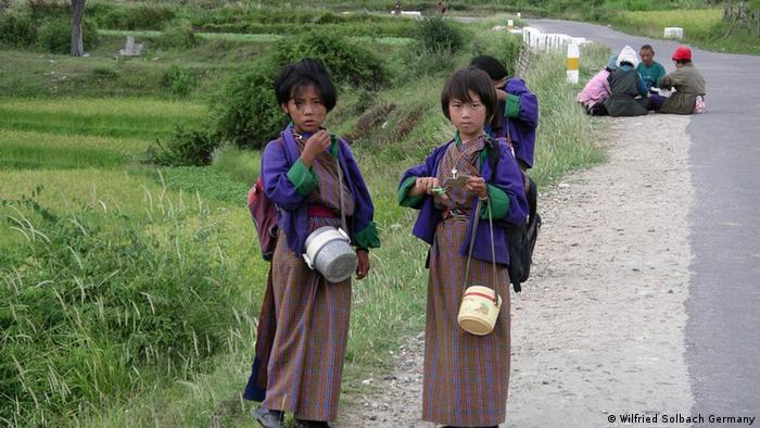 Schoolgirls in Bhutan Photo: Wilfried Solbach