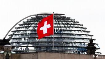 Deutschland Schweiz schweizer Flagge am Reichstag in Berlin