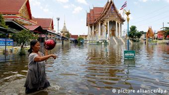 A Thai resident wades though floodwaters (photo: EPA/ RUNGROJ YONGRI)