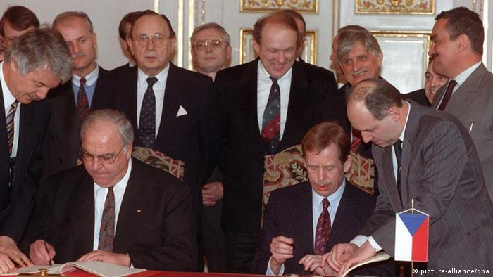 Kohl and Havel sign the Agreement on Good Neighborhood and Friendly Cooperation on Februar 27, 1992 in Prague