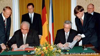 Helmut Kohl and Vaclav Klaus sign the German-Czech Declaration on Mutual Relations 1997 in Prague