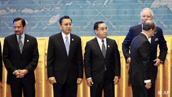 Myanmar's President Thein Sein, right front, walks past leaders of the Association of Southeast Asian Nations (ASEAN) for his position prior to a group photo session during the opening ceremony of the 20th ASEAN Summit in Phnom Penh, Cambodia Tuesday, April 3, 2012. Other leaders are from left, Brunei Sultan Hassanal Bolkiah, Indonesia's Vice President Boediono, Laos' Prime Minister Thongsing Thammavong, and Malaysia's Prime Minister Najib Razak. (Foto:Apichart Weerawong/AP/dapd)