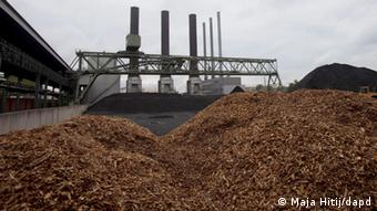 small wood chips in front of a factory (Foto: Maja Hitij/dapd)