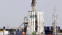 Protestors scale a shale gas rig at Banks, near Southport, England bringing a halt to work at the Cuadrilla Resources site Wednesday Nov. 2 , 2011. Cuadrilla Resources, which is drilling for gas in northwestern England, said Wednesday that independent experts concluded that the tremors were due to an unusual combination of geology and operations, and were unlikely to happen again. The company said local geology would limit any future seismic events to around magnitude 3 on the Richter scale. The tremor on April 1 measured 2.3 on the Richter scale. Local campaigners have mounted a Frack Off campaign to oppose the drilling technique that cracks open rock layers to free natural gas. (Foto:Peter Byrne/PA/AP/dapd) UNITED KINGDOM OUT NO SALES NO ARCHIVE