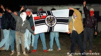Rechtsradikale Jugendliche zeigen bei Randalen die Reichskriegsflagge (Foto: dpa)