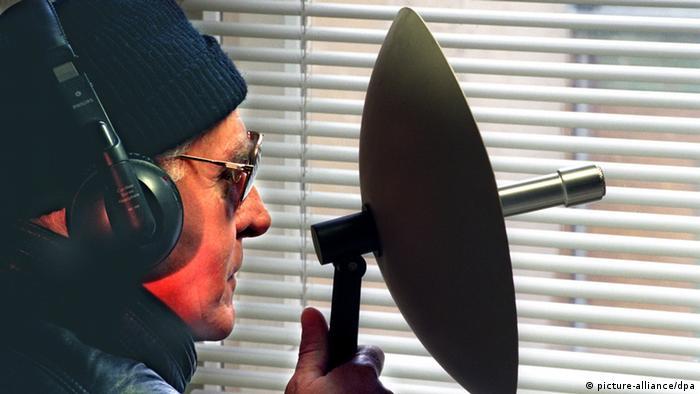Ein Mann hält ein Richtmikrofon an ein Fenster (Archivfoto vom 09.02.1998, Illustration zum Thema Bespitzelung). BND-Präsident Hanning hat Medienberichte im Grundsatz bestätigt, wonach der Bundesnachrichtendienst von 1993 an Journalisten und Wissenschaftler beschattet habe, um eine undichte Stelle in der eigenen Behörde zu entlarven. Foto: Hubert Link (zu dpa 4139 vom 12.11.2005) +++(c) dpa - Bildfunk+++