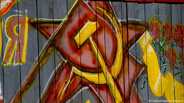 A hammer and sickle symbol painted on a wall (Fotolia/Savenko Tatyana)