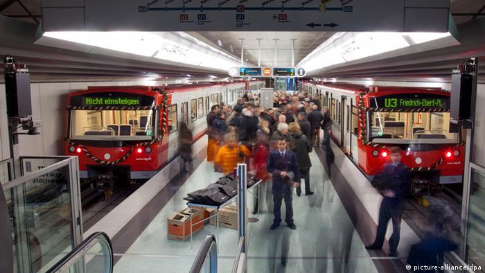 ARCHIV - Zahlreiche geladene Gäste warten am Samstag (10.12.2011) an der neuen U-Bahn-Haltestelle am Kaulbachplatz in Nürnberg (Mittelfranken) auf die offizielle Einweihungsfahrt der neuen Teilstrecke. Die Menschen in Deutschland steigen immer öfter in Busse und Bahnen. Die Statistik für 2011 weist 10,9 Milliarden Fahrten im Linienverkehr auf, so viele wie nie zuvor. Wie das Statistische Bundesamt in Wiesbaden am Dienstag weiter mitteilte, stieg die Zahl der Fahrten im Vergleich zum Vorjahr um 0,5 Prozent. Foto: Daniel Karmann dpa/lby +++(c) dpa - Bildfunk+++