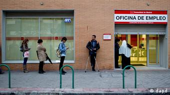 People queue outside an unemployment office in Madrid Tuesday April 3, 2012. The number of people filing for unemployment benefits in Spain rose by nearly 39,000 last month to a little over 4.75 million. March's increase, reported by the Labor Ministry Tuesday, was the eighth straight monthly increase. The total filing for benefits is up nearly 10 percent on a year ago. (Foto:Paul White/AP/dapd)