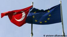 ARCHIV - Die türkische Staatsflagge (l) weht neben der EU-Fahne in Istanbul (Archivfoto vom 07.10.2005). Unter dem Eindruck neuerlicher Spannungen im deutsch-türkischen Verhältnis kommt Kanzlerin Merkel am Montag (29.03.2010) in Ankara mit Ministerpräsident Erdogan zusammen. Auf dem Programm steht eine Reihe brisanter Themen. Dazu gehören die schleppenden Beitrittsverhandlungen zwischen der Europäischen Union und dem NATO-Partner Türkei, die Lage in der Region mit Blick auf den Iran und Israel sowie der schwierige Versöhnungsprozess der Türkei mit Armenien. Foto: Matthias Schrader dpa (zu dpa 4011 vom 28.03.2010) +++(c) dpa - Bildfunk+++