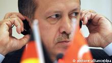 Der türkische Ministerpräsident Recep Tayyip Erdogan spricht am Sonntag (19.04.2009) auf einer Pressekonferenz in Hannover zum angestrebten EU-Beitritt seines Landes und zur Integrationspolitik. Foto: Peter Steffen dpa/lni +++(c) dpa - Report+++