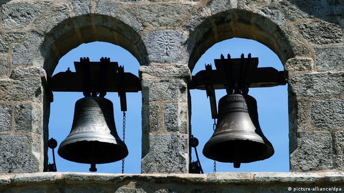 Zwei Kirchenglocken nebeneinander im Glockenturm Foto: dpa