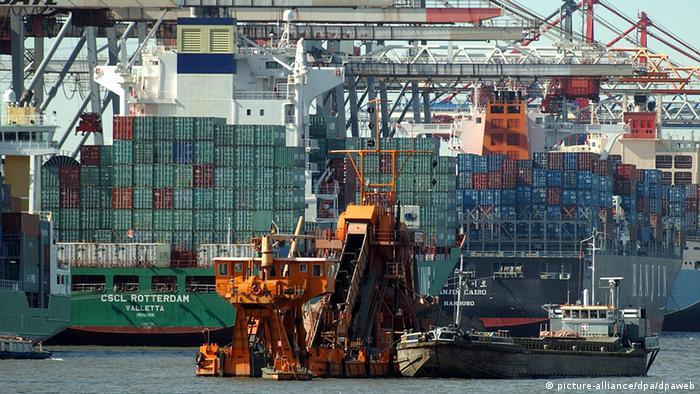 """Der Eimerkettenbagger """"Odin"""" arbeitet an der Zufahrt zu einem Tiefenliegeplatz für große Containerschiffe am Predöhlkai 1 im Hafen in Hamburg. (Archivfoto vom 10.09.2004) Das Bundeskabinett befasst sich heute (15.09.2004) mit der umstrittenen Vertiefung von Unterelbe und Unterweser. Hamburg fordert mit grundsätzlicher Unterstützung von Niedersachsen die Elbvertiefung um einen Meter, um auch größeren Containerschiffen künftig die Einfahrt in den Hamburger Hafen zu ermöglichen. Dagegen bevorzugt Bundesumweltminister Jürgen Trittin (Grüne) wegen der knappen Kassen eine Vertiefung des Hafens in Wilhelmshaven. Wirtschaft und CDU fordern eine Entscheidung für den Elbausbau. Foto: Maurizio Gambarini dpa/lno"""