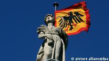 Die Standarte des Bundespräsidenten weht am Montag (19.03.2012) über dem Schloss Bellevue in Berlin. Foto: Wolfgang Kumm dpa/lbn