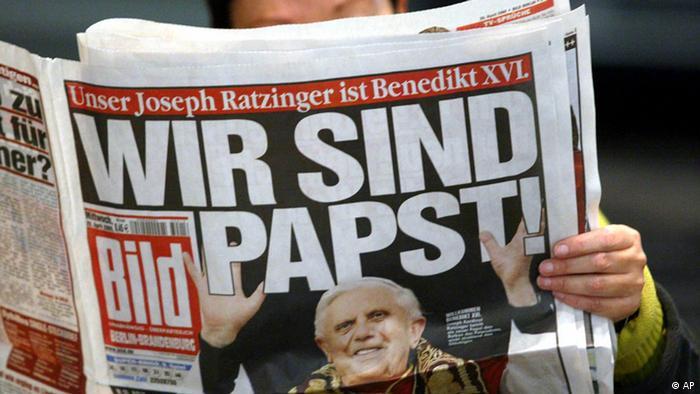 Газета с портретом папы римского Бенедикта XVI.
