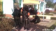 Soldaten vor Regierungspalast. Bitte einstellen. Soldaten in Guinea-Bissau. Von Jochen Faget. Rechte frei i.A. Christine Harjes
