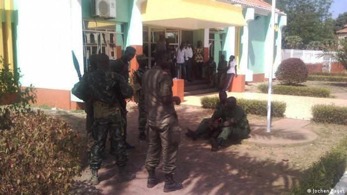 Soldados diante do palácio presidencial na Guiné-Bissau