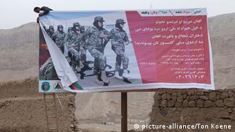 Werbeschild für die afghanische Armee in Kunduz (Foto: dpa)
