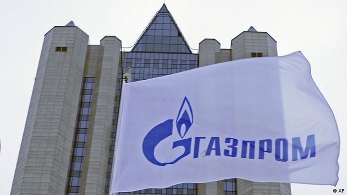 Логотип Газпрома на фоне офиса концерна в Москве