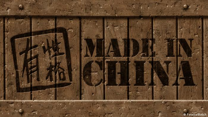 Symbolbild China Export Schrift Made in China auf Holzkasten
