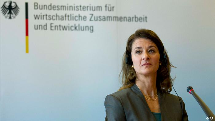 Melinda Gates co-chair of the Bill & Melinda Gates Foundation reacts during a news conference with Germany's Minister of Economic Cooperation and Development Dirk Niebel in Berlin, Thursday, April 5, 2012. The German Economic Cooperation and Development Ministry and the Bill & Melinda Gates Foundation announced a deeper cooperation and will collaborate in a family planning projects in Western Africa . Words in background read: Ministry of Economic Cooperation and Development. (Foto:Markus Schreiber/AP/dapd)