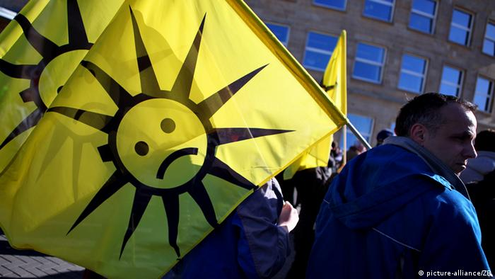 Protesters carry flags during a demonstration about cutbacks and forced closures in the German solar industry. (Photo: Jan Woitas/lah)