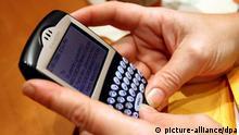 Bundesregierung hat sich aus Sicherheitsgründen gegen die Nutzung von Blackberry-Geräten entschieden ARCHIV - Eine Frau liest in New York eine email auf ihrem BlackBerry (Archivfoto vom 01.12.2005). Die Vereinigten Arabischen Emirate (VAE) sind zwar ein High-Tech-Land, doch verschlüsselte mobile Kommunikation mag man am Golf nicht so gerne. Um die «nationale Sicherheit» zu gewährleisten, wird in den VAE vom kommenden Herbst an die Datenübertragung per Blackberry verboten. Die Telekommunikationsbehörde des Golfstaates begründete das Verbot am Sonntag (01.08.2010) damit, dass die verschlüsselten Daten direkt von einem Server im Ausland übertragen werden. Dies bedrohe die «nationale Sicherheit» der Emirate. Foto: Justin Lane ( +++(c) dpa - Bildfunk+++