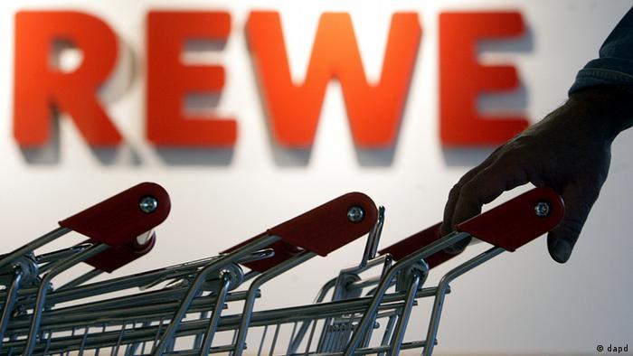 پیشینه این شرکت که مرکز آن در شهر کلن آلمان است به سال ۱۹۲۷ برمیگردد. شرکتی که اکنون بیش از ۳۶۳ هزار کارمند دارد. فروشگاه REWE دارای ۳ هزار و ۳۰۰ شعبه است. فروشگاههای زنجیرهای پنی نیز وابسته به این گروه است که تنها در آلمان ۲ هزار و ۱۵۰ شعبه دارد. فروش این گروه در دو سال پیش ۵۷ میلیارد و ۲۸۱ میلیون یورو بود.