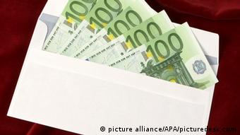 Geld (Euro) im Briefumschlag (picture alliance/APA/picturedesk.com)